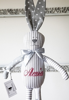 Ręcznie szyty króliczek w popielatych odcieniach z wyhaftowanym imieniem. Serdecznie zapraszam na mój profil.
