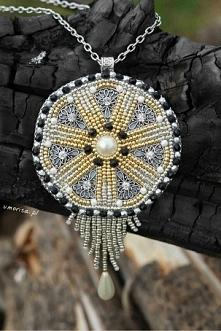 Medalion haftem koralikowym