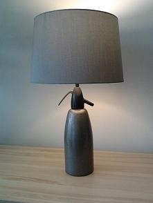 Lampa z syfonu - szara.  Przepiękna, stylowa lampa na biurko, komodę, szafkę nocną jak również jako wystrój wnętrza do kanjpki.  Lampa wykonana z oryginalnego syfonu pochodząceg...