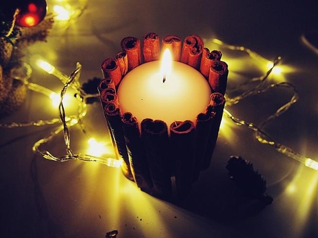 Prosty sposób na stworzenie świeczki, która kojarzy się z atmosferą Świąt Bożego Narodzenia. Świeczka z laskami cynamonu, dzięki którym pięknie pachnie w całym domu