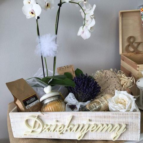 skrzynia drewniana na podziękowania rodzicom/ winko, świeca ekskluzywna, kawy, bukiet lawendowy i storczyk