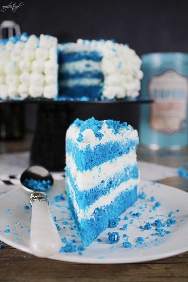 Ciasto Blue Velvet Forma – okrągła 22 – 23 cm  Składniki  Biszkopt:  5 jajek 3/4 szklanki mąki pszennej 1/4 szklanki mąki ziemniaczanej 3/4 szklanki drobnego cukru barwnik spożywczy Krem:  500 ml śmietanki tortowej 250 g mascarpone 8 łyżek cukru pudru Poncz:  sok z 1 cytryny 2 łyżki wódki 3 łyżki cukru 1/3 szklanki ciepłej wody Przygotowanie  Biszkopt:  Rozgrzej piekarnik do 170 stopni. Dno tortownicy wyłóż papierem do pieczenia. Białka ubij na sztywną pianę, dodaj barwnik i po jednym żółtku wciąż miksując, następnie powoli dosypuj cukier. Wyłącz mikser. Do misy przesiej obie mąki, ciasto bardzo delikatnie wymieszaj. Przełóż do przygotowanej tortownicy, delikatnie wyrównaj. Wstaw do piekarnika na 40 – 45 minut. Po tym czasie sprawdź patyczkiem czy biszkopt nie jest mokry w środku. Jeżeli patyczek jest suchy, wyjmij ciasto z piekarnika i upuść na podłogę z wysokości pół metra. Następnie wystudź. Z zimnego biszkoptu zdejmij delikatnie obręcz, oddzielając ją ostrym nożem od ciasta. Z ciasta zdejmij górę, wykorzystasz ją do ozdoby, a resztę biszkoptu przekrój na 3 blaty.  Poncz:  W wodzie rozpuść cukier, dodaj sok z cytryny i alkohol, pozostaw do całkowitego ostudzenia.  Krem:  Dobrze schłodzoną kremówkę wlej do misy miksera, dodaj mascarpone. Całość ubij na bardzo wysokich obrotach za pomocą schłodzonej końcówki. Pod koniec ubijania dodawaj po łyżce cukier puder.  Całość:  Pierwszy blat ułóż na paterze, dobrze nasącz ponczem, przełóż kremem i tak samo z kolejnymi blatami. Pozostały krem przełóż do rękawa cukierniczego z małą, okrągłą końcówką i za pomocą szybkich ruchów zrób ozdobne kuleczki na całej powierzchni ciasta. Wstaw do lodówki, by ciasto się schłodziło, a przed podaniem posyp okruszkami pozostałego biszkoptu.  Smacznego :)