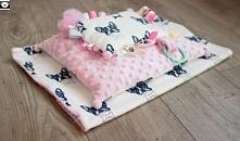 Zestaw dla niemowlaka w buldożki: poduszka, kocyk, metkowiec.