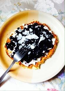 omlet kokosowy z twarogiem i jagodami, Polany dżemem jagodowym i posypanym płatkami kokosowymi :-)