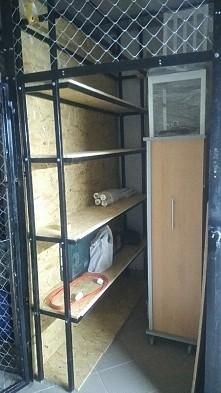 półki w piwnicy
