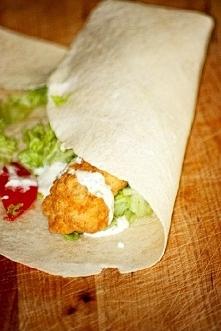 Domowy Twister jak z KFC Składniki (na 4 tortille):  1/2 dużej piersi z kurcz...