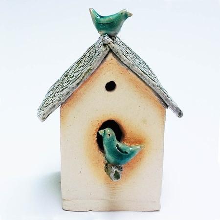 Ceramiczna ozdoba - Domek dla ptaszków. Wykonany  jasnej gliny. Delikatnie szkliwiony.