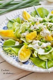 Zielona salatka  Składniki: główka sałaty, 4 jajka, pęczek szczypiorku, 1/2 p...
