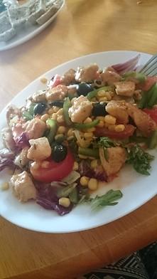 Mix sałat z kukurydza, oliwkami, pomidorami z kurczakiem z sosem sweet chilli