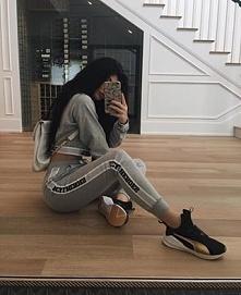 Kylie w nowych sportowych butach Pumy.