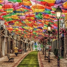 Ulica parasoli w Portugalii :)