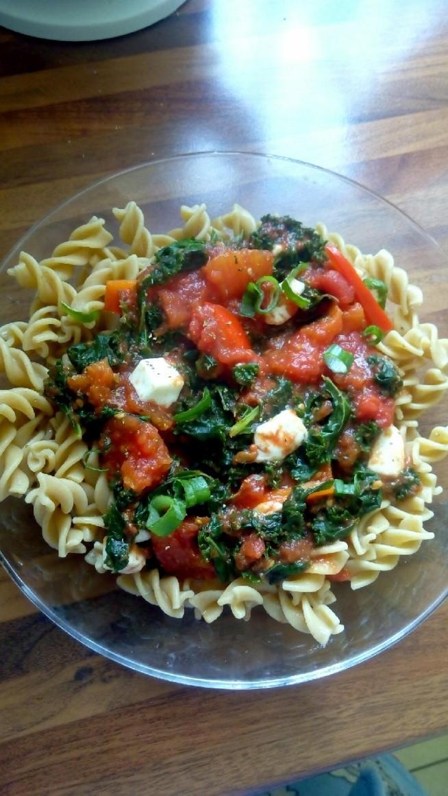 Obiad 02.08 - makaron pelnoziarnisty, sos pomidorowy, jarmuz, czerwona papryka, mozarella i szczypiorek