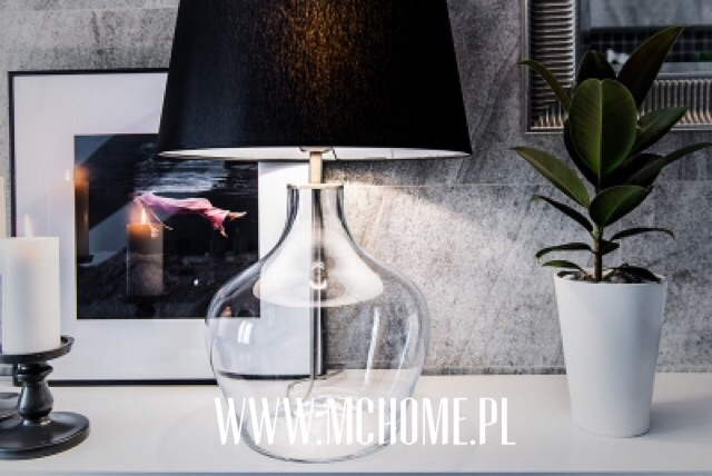 szklana lampa z abażurem czarnym