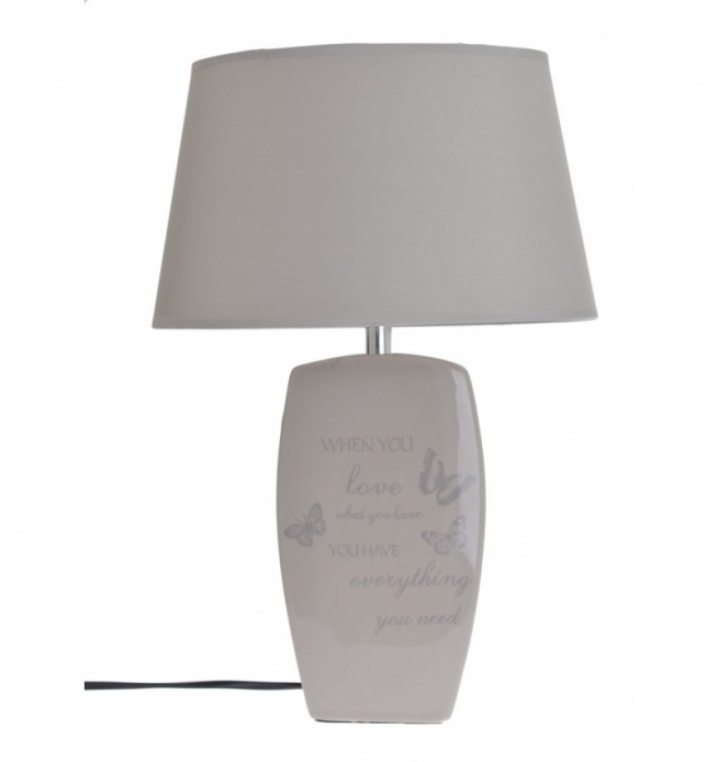 Lampa stołowa z ceramiczną podstawą z motywem motyli i napisów w kolorze beżowym. Abażur lampy wykonany z tkaniny. Kabel czarny o długości ok 1 m. Piękna i stylowa lampa do salonu lub na korytarz również jako lampka nocna do sypialni.