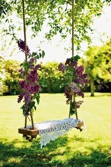 Kwiecista dekoracja huśtawki w ogrodzie, tradycyjna huśtawka w ogrodzie, pros...