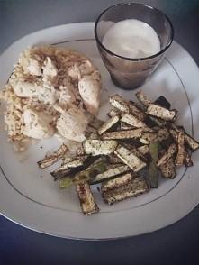 Kurczak w rozmarynie i chili, ryż naturalny, cukinia pieczona w przyprawach i...