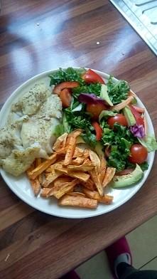 Ryba, bataty, jarmuz z salatka