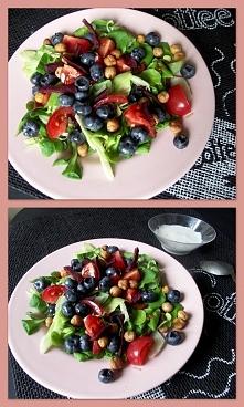 taaka SAŁATKA: borówka, pomidor koktajlowy, kilka frytek z buraka, pieczona c...