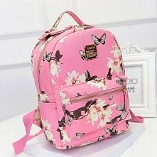 Modny, różowy plecak w motyle.  Po kliknięciu w zdjęcie przejdziesz do sklepu w którym jest dostępny.