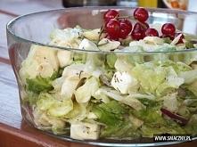 Sałatka do grilla z sałaty, pieczarek i sera Feta ½ główki sałaty lodowej 15 dag pieczarek konserwowych (1 średni słoiczek) 5 dag czerwonej cebuli (1 mała) 13,5 dag sera Feta (½...