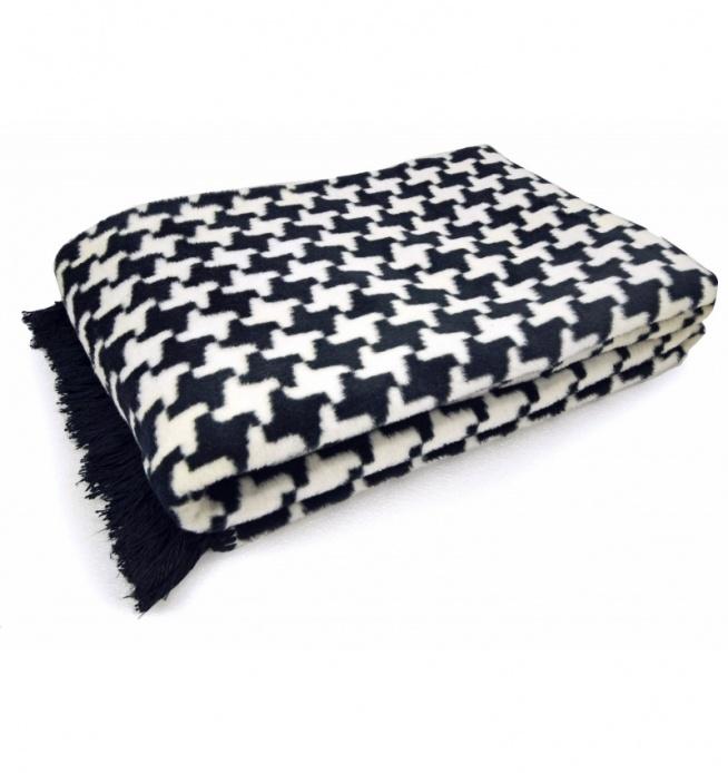 Koc w pepitkę o wymiarach 150x200 cm wykonany z najwyższej jakości włókien bawełny oraz akrylu. Koc jest bardzo miękki i przyjemny w dotyku. Do wyboru wzór koca : pepitka czarna lub pepitka szara. Dodatkowego uroku dodaje mu wykończenie taśmą z frędzelkami. Koc nadaje się na prezent - zapakowany w estetyczną foliową walizeczkę. Idealny jako koc lub narzuta na małe łóżko.