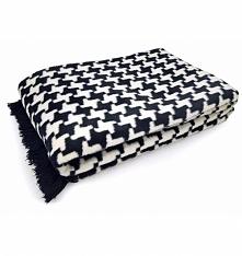 Koc w pepitkę o wymiarach 150x200 cm wykonany z najwyższej jakości włókien bawełny oraz akrylu. Koc jest bardzo miękki i przyjemny w dotyku. Do wyboru wzór koca : pepitka czarna...