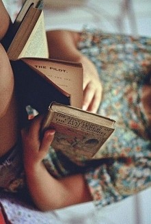 """""""To dzięki książkom nie czułem się opuszczony przez cały świat.""""  ~..."""