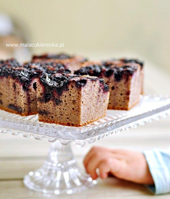 Ciasto wegańskie z jagodami i porzeczką, bez cukru, bez glutenu. Przepis po kliknięciu w zdjęcie.