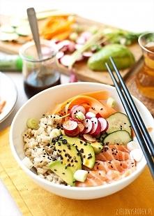 sushi bowl, czyli wiosenna micha z rybą i ryżem  na 2 porcje:  Co potrzeba (szklanka= 250 ml, łyżeczka, łyżka płaska, chyba że jest napisane inaczej) 300 g łososia ¾ - 1 szklank...