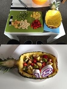 Tort dla osoby na diecie. Pokroić owoce wedle uznania, jednak pamiętajcie, aby były kolorowe, nie żółte ani biale - zrobi to super efekt. Następnie wykroić środek ananasa (pamię...