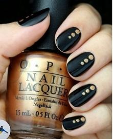 Czarny manicure ze złotym zdobieniem