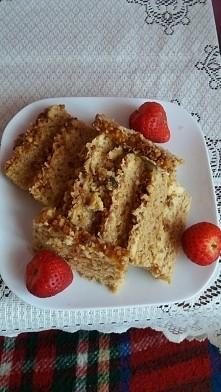Śniadaniowy grzeszek czyli puszyste ciasto orzechowe z kremem z białej czekolady A na zagryzkę truskaweczki