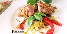 Biała kiełbasa pieczona z warzywami to szybka propozycja na obiad . Jest pysz...