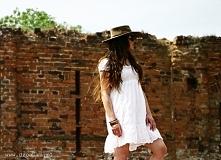 Boho to styl, który zawsze robi wrażenie. Luźne sukienki są ponadto komfortowe.