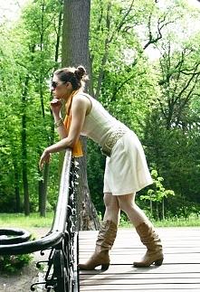 Biała sukienka i jasne, ażurowe rajstopy - oryginalnie i klasycznie.