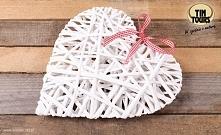 Wiklinowa biała zawieszka w kształcie serca zawieszana na czerwono - białej tasiemce od koszyki.net.pl