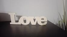 Stojący napis Love wykonany ze sklejki drewnianej.  Wymiary: szerokość 28 cm, wysokość 9 cm, grubość 8 mm