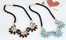 Naszyjniki z czarnych lub niebieskich kryształków tworzących trzy kwiaty. sil...