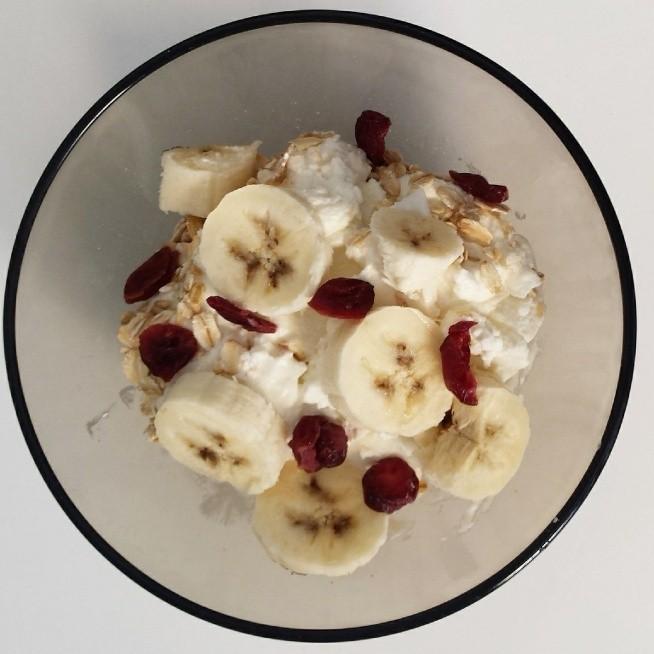 Moje śniadanie. Serek homogenizowany z płatkami owsianymi pełnoziarnistymi, żurawiną i bananem