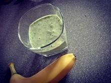 Smoothie Banan, szpinak, sok z pomarańczy, miód, jogurt naturalny. Pycha.