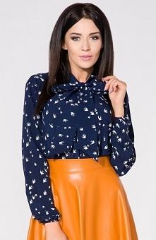 Tessita T158/2 koszula granatowa Elegancka koszula damska, wykonana z delikatnej tkaniny, przy dekolcie przedłużana stójka wiązana na kokardkę, długie rękawy