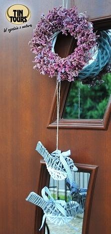 Urocza dekoracja drzwi wejściowych od koszyki.net.pl - biały wianek wiklinowy ozdobiony suszonymi kwiatkami i z doczepionymi wiklinowymi zawieszkami w kształcie ptaszków. Taka d...
