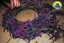 Szary wianek wiklinowy od koszyki.net.pl udekorowany suszonymi kwiatami stworzy śliczną dekorację domu.