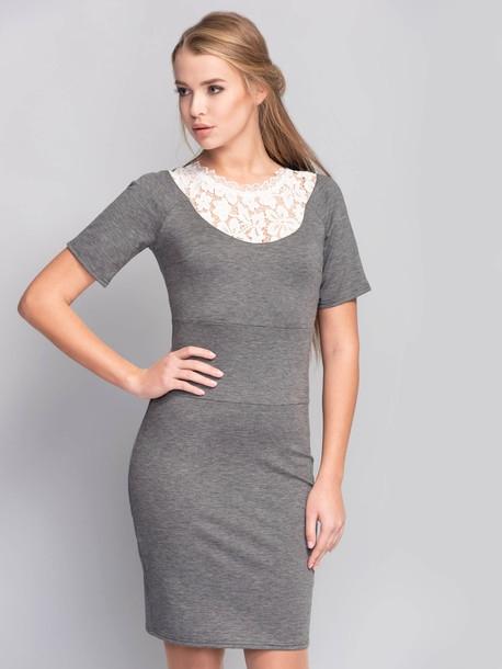 ROZMIAR: 38,40,42  Sukienka o dopasowanym kroju wykonana z tkaniny o średniej rozciągliwości. Model z szeroką wstawką na linii talii i rękawem typu reglan. Sukienka z okrągłym dekoltem wykończonym koronką. Zdobienie z przodu wykończone gipiurą. Dla wygody ubioru w bocznym szwie został umieszczony zamek błyskawiczny.  Skład 55% poliester 40% bawełna 5% elastan Rozciągliwość średnia (do 4 cm) Parametry długość do linii talii 38r-92cm, 42r-94cm; długość rękawu od szyi 38r-31cm, 42r-32cm Rodzaj materiału trykotaż Pielęgnacja wyrobów prasować w temperaturze 150°C, delikatnie przeprać w temperaturze do 30 ° C, nie wybielać