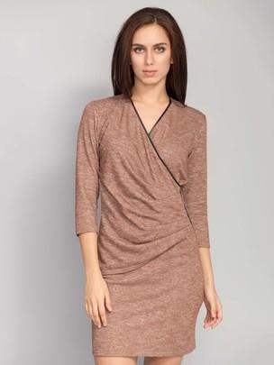 Elegancka sukienka o długości powyżej kolan. Z przodu sukienki marszczenia. Z boku marszczenie ozdobione eko-skórą i holitenami. Dekolt również jest ozdobiony eko-skórą  ROZMIAR: 36, 38, 40, 42, 44