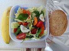 """Mój dzisiejszy """"lunchbox"""" ;) Banan, grahamka i sałatka: 3 liście pekinki, garść liści szpinaku, trochę ogórka, kilka pomidorków koktajlowych, natka pietruszki + olej z..."""