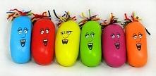 Gniotek :) Potrzebne będą : - mąka ziemniaczana - balon - marker - włóczka Wsyp mąkę ziemniaczaną do balonu a następnie go zawiąż. Markerem namaluj oczy, usta i nos a z włóczki ...