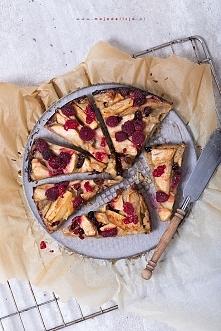 Bezglutenowe ciasto z jabłkami (apple pie) i malinami ze skórką cytrynową. Ta...