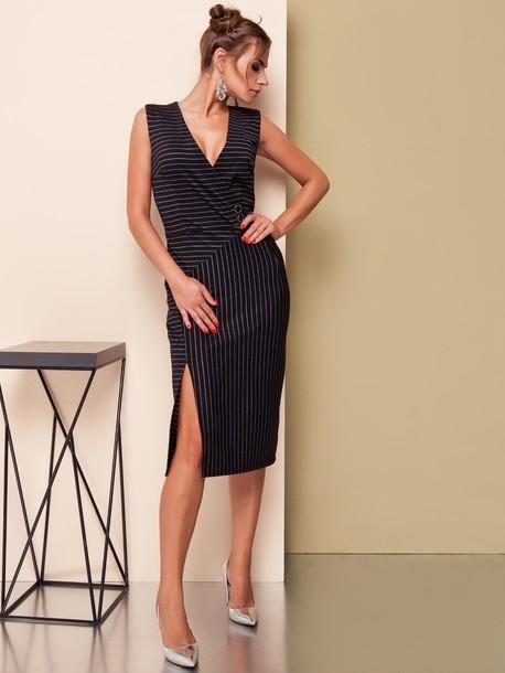 Sukienka wykonana z elastycznego trykotażu, oryginalny krój, prosta spódnica z wysokim rozcięciem, zamek błyskawiczny znajduje się na środkowym szwie tyłu. Rozmiary 36-44.