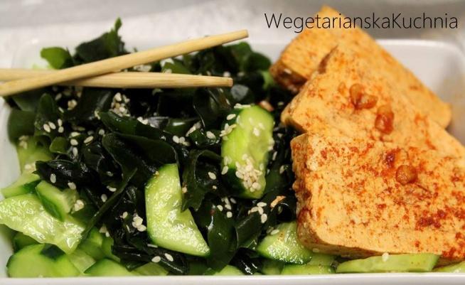 Japońska sałatka z ogórka i wakame z marynowanym tofu  Kopalnia zdrowia i smaku, lekka, bogata w wapń, żelazo, magnez, witaminy A, B i C – japońska sałatka z ogórka i wakame z marynowanym w wędzonej papryce tofu!